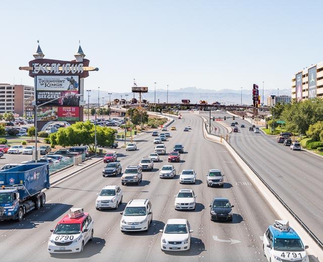実際、いまでも車のスピードに最適化された巨大な看板がフロントガラスから見えるように直角の向きで立っている。