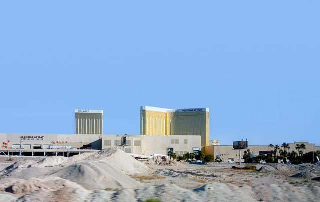 そして犯人が撃ったのは、この「広大な土地の中にぽつんと建った」ホテルから。