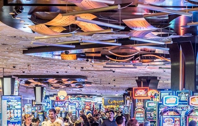 そしてカジノの中をあらためて見ると、スロットマシンがちょうどストリップの看板のように見える。