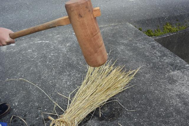 まず稲藁を叩いて柔らかくする。