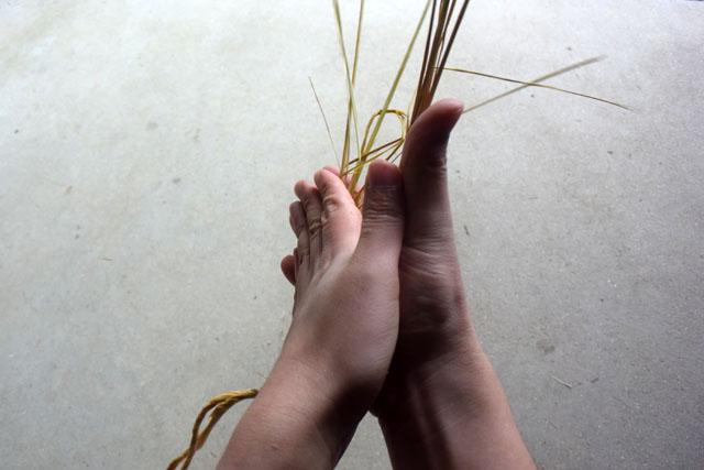 そして叩いて柔らかくした稲藁をねじり合わせて縄にする。