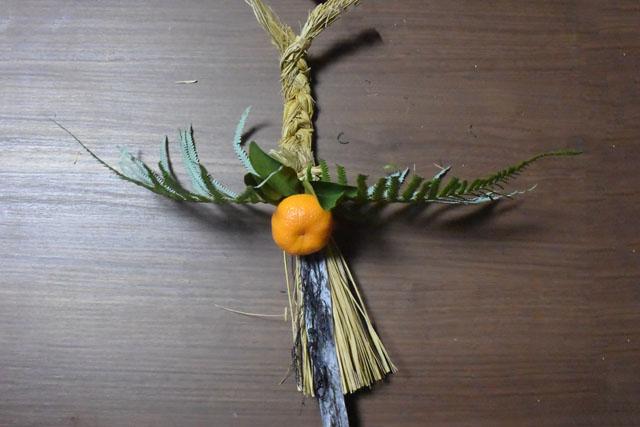 ウラジロ(シダ植物の一種)、橙(今回はみかん)、昆布、ホンダワラ(海藻の一種)を付ければ完成だ。