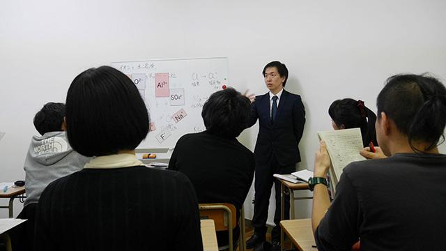 大人が集まり理科の先生を読んで廃校で中3課程の「イオンについて」の授業を受けた。「分かる」ということが気持ちよすぎてリラクゼーションレベル!