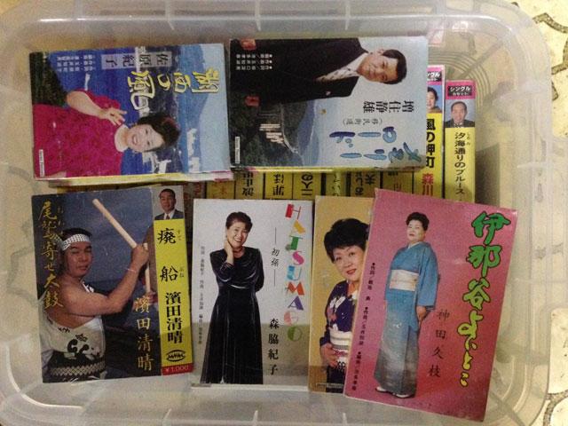 マニアックな歌謡曲のカセットテープが詰まったカラオケ講師の父のマイ実家箱。「廃船(すてぶね)」と「HATSUMAGO(初孫)」があつい。(伊藤健史)