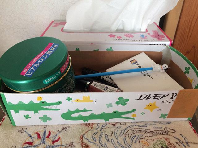 一時期はお菓子のざびえるのビロード風の箱だったり、引き出物で貰ったティファニーの食器の箱だったり、千代紙のティッシュケースだったりゴージャスだった事もあったのに、歴代一番みすぼらしい今よりによってこの時に!! (ゴンザレフ山本)