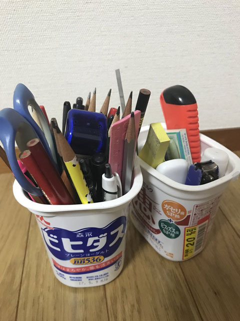 まさかのヨーグルト空き箱。20%オフ。鉛筆多めだが、家族に鉛筆を使う人はいない。 (ねことがじがじ)