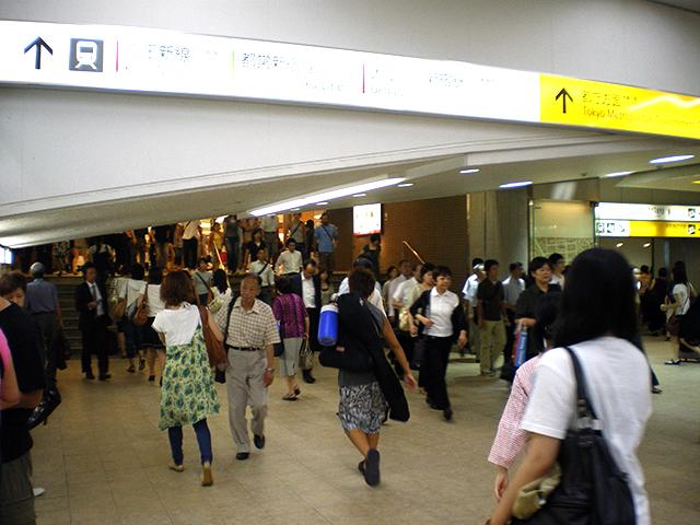 都営地下鉄や京王線方面に向かう階段の下に