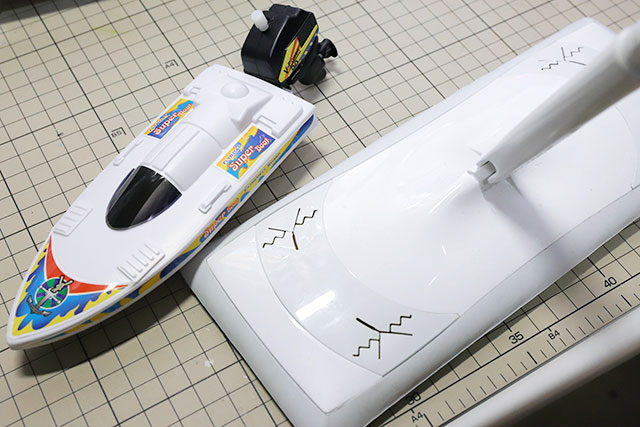 これも100均で売ってたボートの玩具。これをモップ両サイドに貼り付ける。