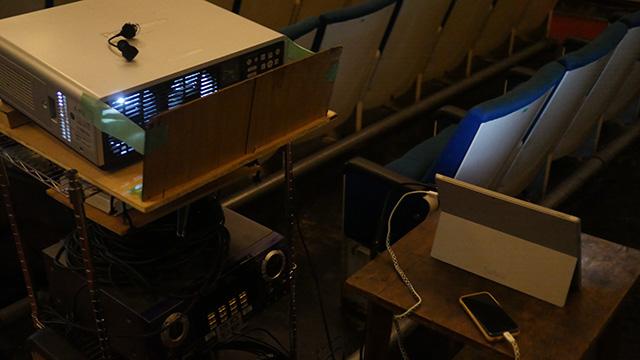 プロジェクター(使用料として+800円)にパソコンをつなぐ。ブルーレイディスクを持ち込んで個人で見たいものを上映するのが一般的な使い方のようだ