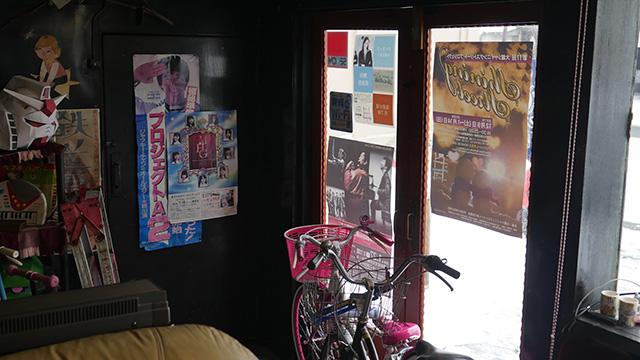 ここを寮にしようとした社長さんはもうここに住んでるらしくご家族の自転車がある。アットホーム感を超えてまぎれもない人の家なのだった