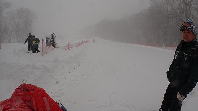 右がたんばらスキー場多田さん。左手には突然の大量降雪で埋まってしまったソリ用エスカレーターを掘り起こすゲレンデスタッフ。忙しい時に本当にすみません。