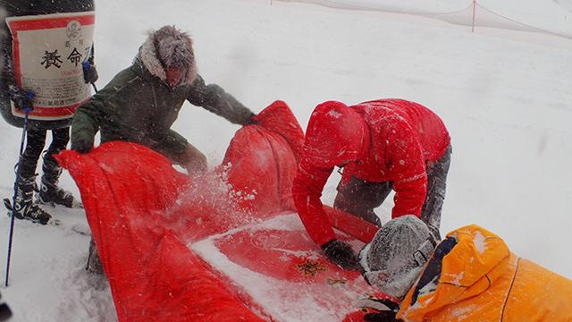 すぐに雪が積もって見えなくなるのでチャレンジのたびにF1のピットクルー並みのチームワークで雪下ろしをする必要があります。
