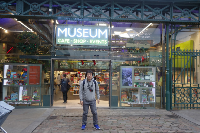 おれのスキだらけのポーズが悔やまれるが、ここがロンドン交通博物館です
