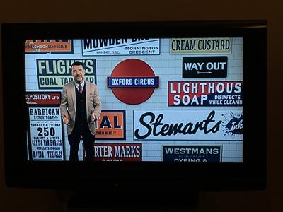 オーブンデンさんを取材したその日の夜、たまたまオーブンデンさんが出演するテレビ番組が放送されていた。ロンドンの地下鉄で使われるアルファベットの書体についてのテレビ番組だった。オーブンデンさん、実は「もじ鉄」でもあるらしい。