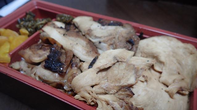 なにが違うのかというと、鶏肉の種類だ。半分は(竹)と同じなんだが、半分は鶏もも肉