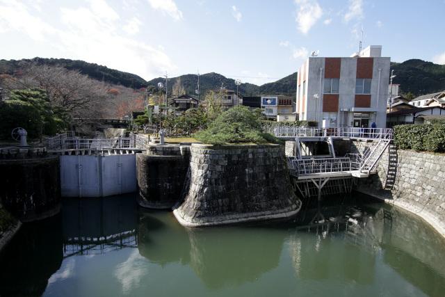 大津閘門と制水門に差し掛かる。ここが乗船場への入口だ