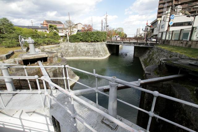いつもは対岸の橋から眺めるだけだった大津閘門の上を渡る