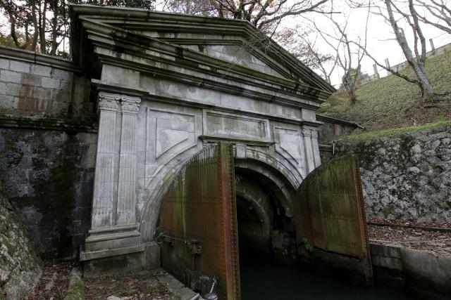 そしてその突き当りには、長等山を貫く琵琶湖疏水第1トンネルの洞門が!