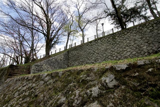 洞門の手前上部には、荷下ろしの為の平場が設けられている