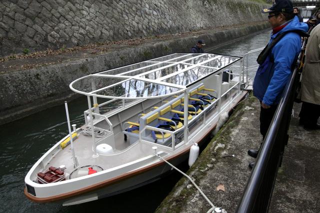 完成したばかりの「へいせい号」、客席数12のボートである