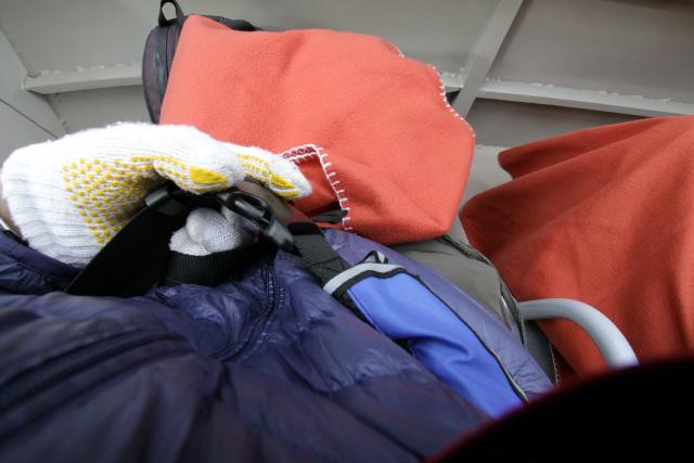 座席にはライフジャケットと寒さ対策のブランケットが用意されている