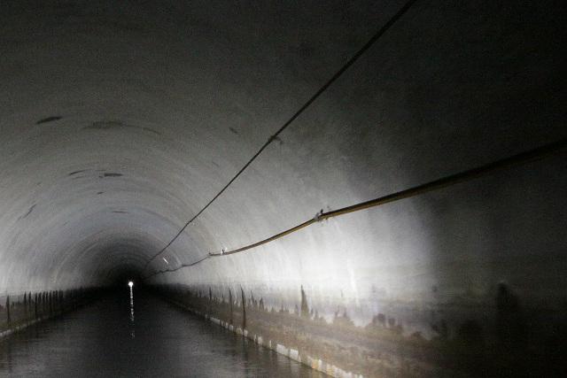 トンネル内部の右側にはロープのような線が二本続いている