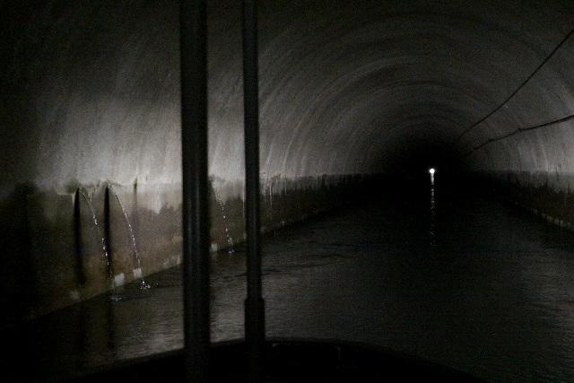 トンネル内に湧き水が噴出しているのである
