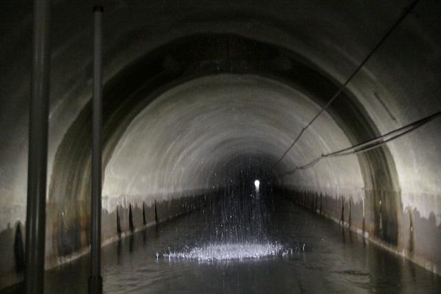 天井に穴が開いており、水が滝のように落ちているのだ