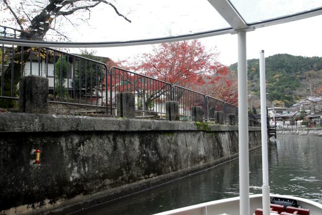 疏水の岸には船の繋留に関する構造物が連なっている