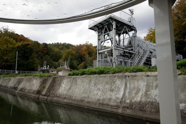 右手には日ノ岡取水場という水道施設が現れた