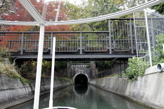 日ノ岡取水場を過ぎたところには「日ノ岡橋」と第三トンネルの洞門が