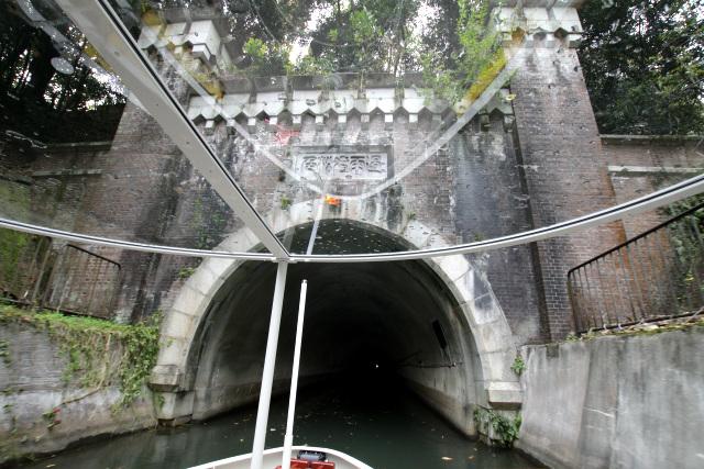 そんなことに感心しつつ、ボートは第三トンネルへと入っていく