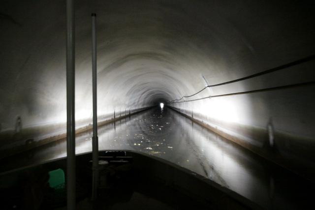 第三トンネルの長さは850m。内部の様子は他のトンネルとあまり変わらない