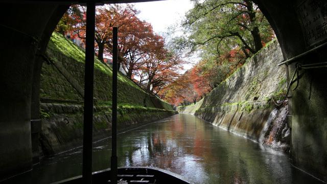 紅葉の季節、琵琶湖疏水を船で下ってきました