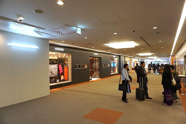成田の制限区域。どこの空港でもブランド品のお店がたくさんあって買わないのにそわそわしてしまう。