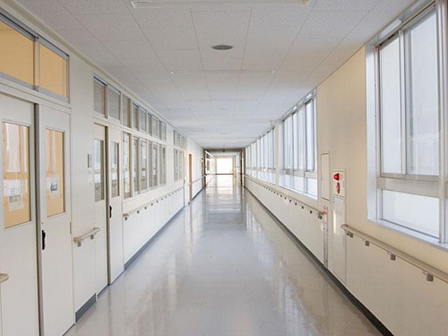 もう叶わないけど一度学校の廊下を走って注意されてみたかった、というイメージ画像