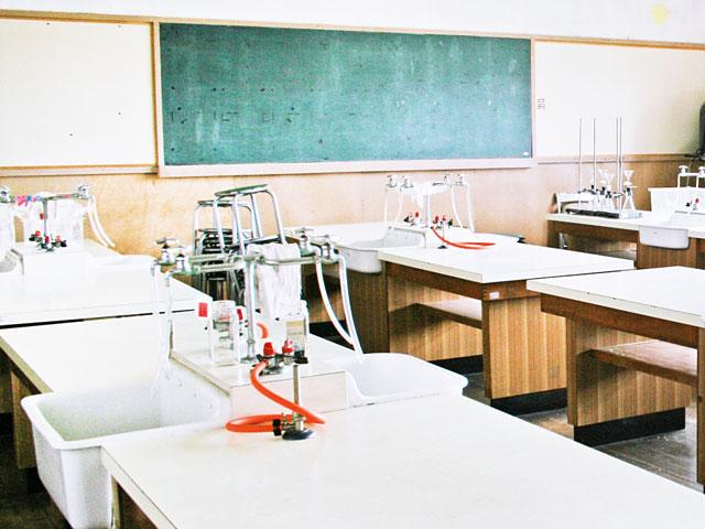 確かに記憶の中でも理科室の水道にはホースとかついていた