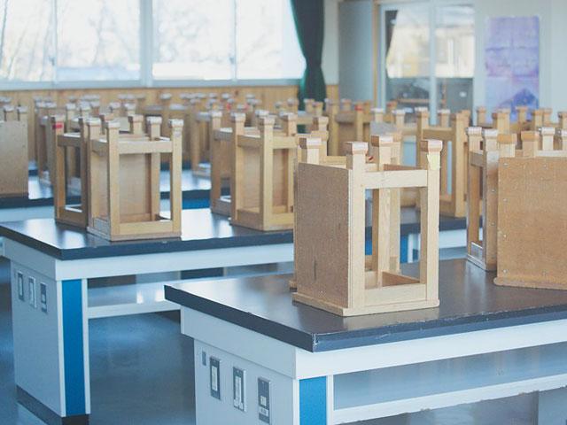 理科室の机と椅子。小学生時代、コンセントにピンセット差し込んで感電していた生徒がいたんだよなー(無事だった)