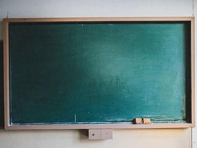 今も黒板が使われているのには理由があった