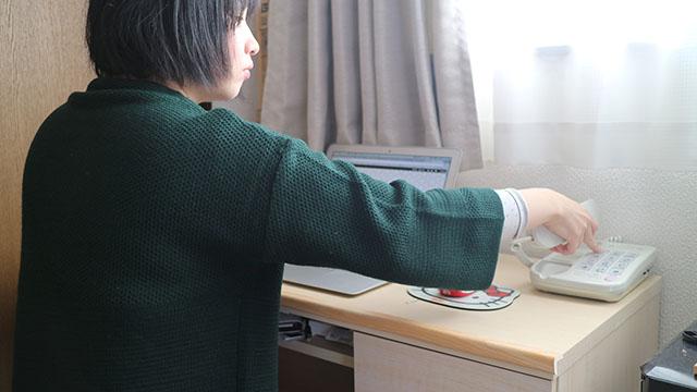 光っているボタンを押さないと内線はとれません。外線は受話器を上げればそのまま電話に出られます。