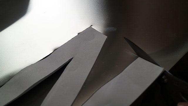コツは材質にあったはさみを使うことです。今回はアルミに対応している金切はさみで。切り口が鋭利なので手袋必須でお願いします。