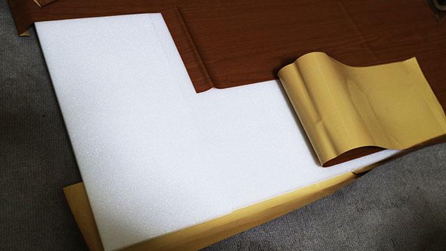 天板はつなげた発泡スチロールに木目リメイクシートを貼りました。