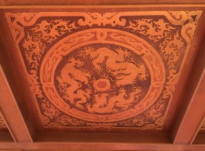 天井も一枚ずつ龍のレリーフがあってかっこいい。