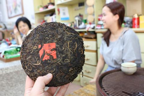 右の女性「これが発酵している途中のプーアル茶です」