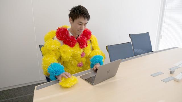 仕事をしていてもめでたい。マウスも花だ。今日誕生日の、知らない人のFacebookに「おめでとう!」と書き込んでいる。