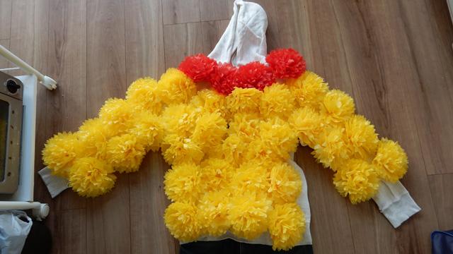 だいたい上半身片面で40個の紙花が必要。花マンになるには80個あるとよい。