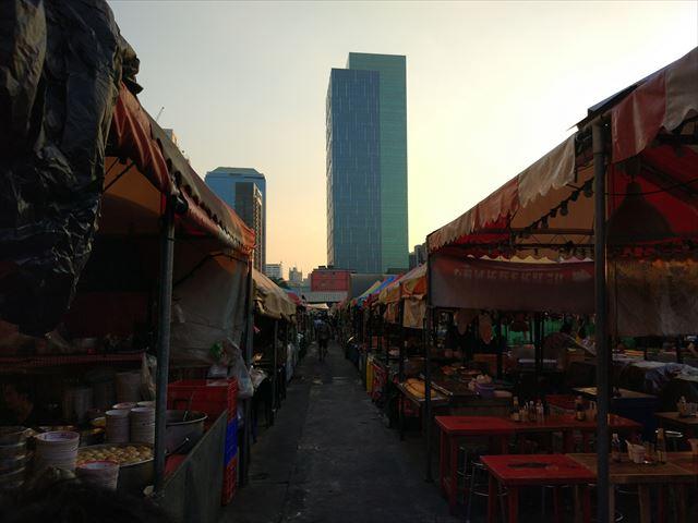 空が少しオレンジ色にかげる頃、ナイトマーケットもいそいそと開店準備。