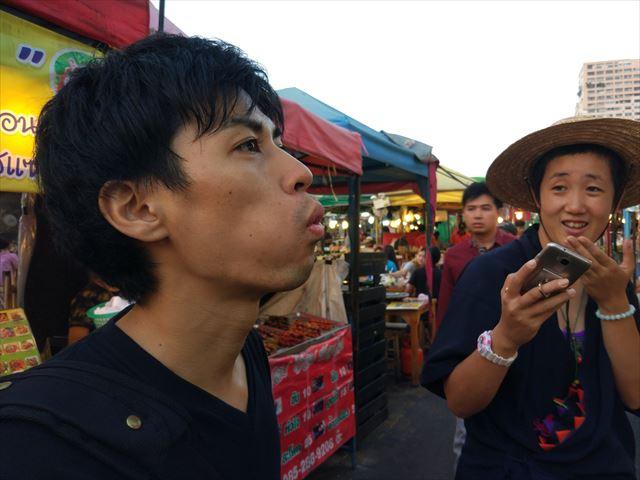 こちら、通訳してくれた白鯛さん(左)と、この撮影の30分前にはじめて会った世界一周旅行中の大塚さん(右)。