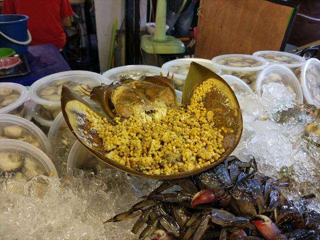 カブトガニ、タイではよく食べられている。日本だと天然記念物なので基本的には食べられない。