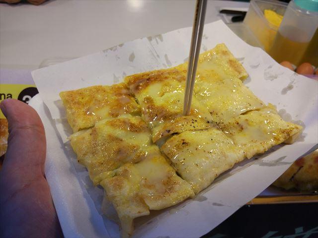 ロティと呼ばれるクレープ生地に、玉子とバナナを挟んで食べる。